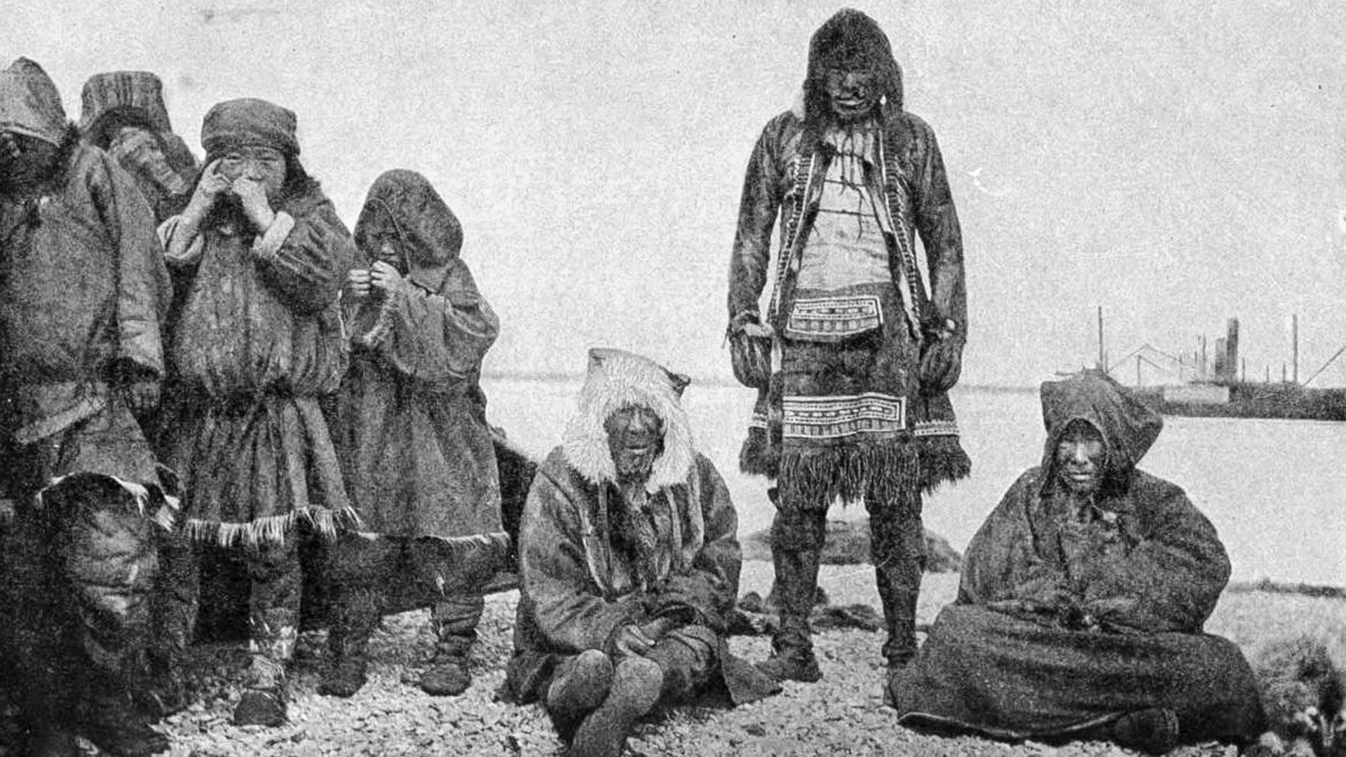 Družina Čukčev z ladjo v ozadju. Fotografija iz leta 1908 (Anadir - Novo Marijinsk)