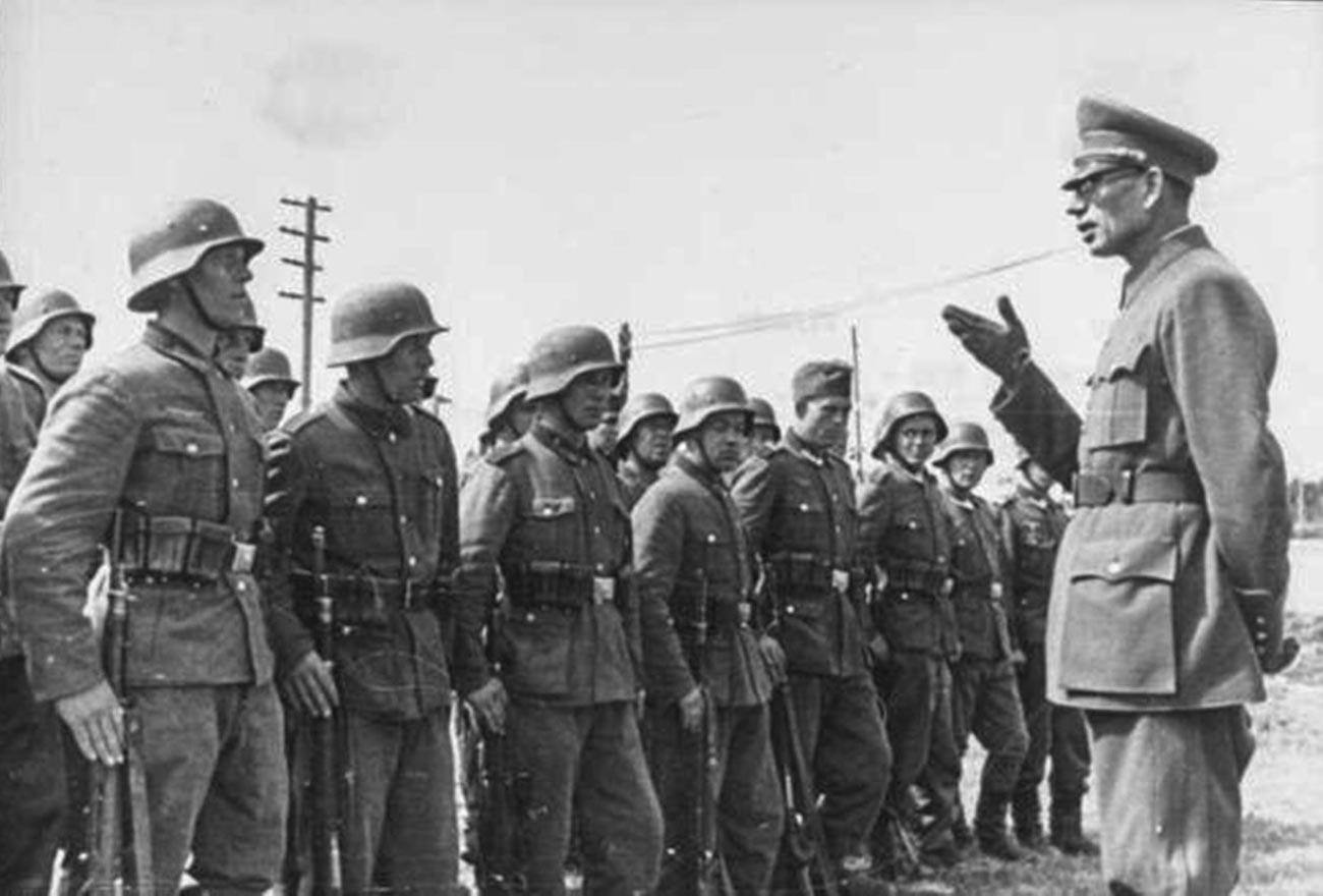 """Andrei Wlassow mit den Soldaten der """"Russischen Befreiungsarmee"""""""