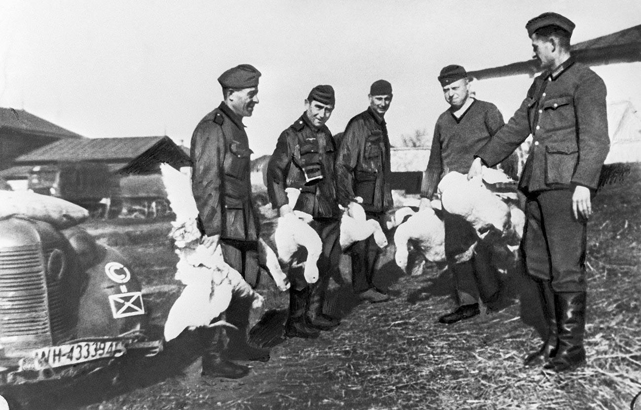 Немски войници с домашни птици, конфискувани от съветските колективни стопанства в окупираните територии