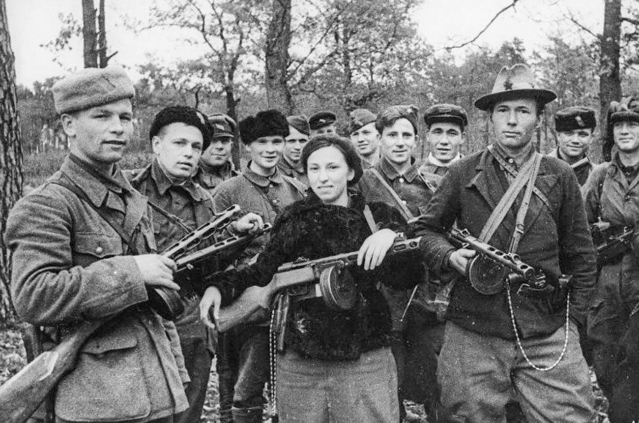 Група комсомолски партизани, които се отличават в битки зад вражеските линии. В центъра - Варвара Вирвич