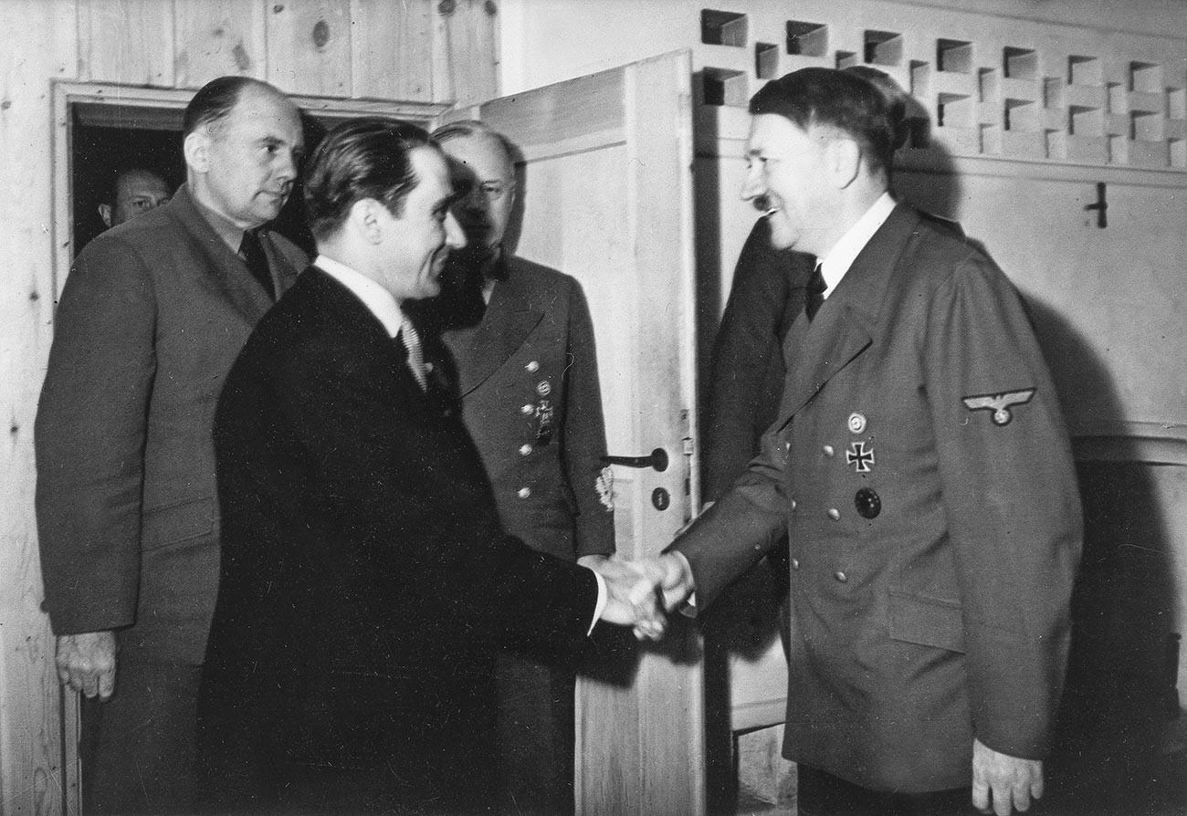"""Адолф Хитлер са замеником премијера Михаја Антонескуа (лево) у фиреровом седишту """"Вучја јазбина"""" код Винице (Украјина). У позадини са леве стране: доктор Паул Ото Шмит, главни преводилац."""