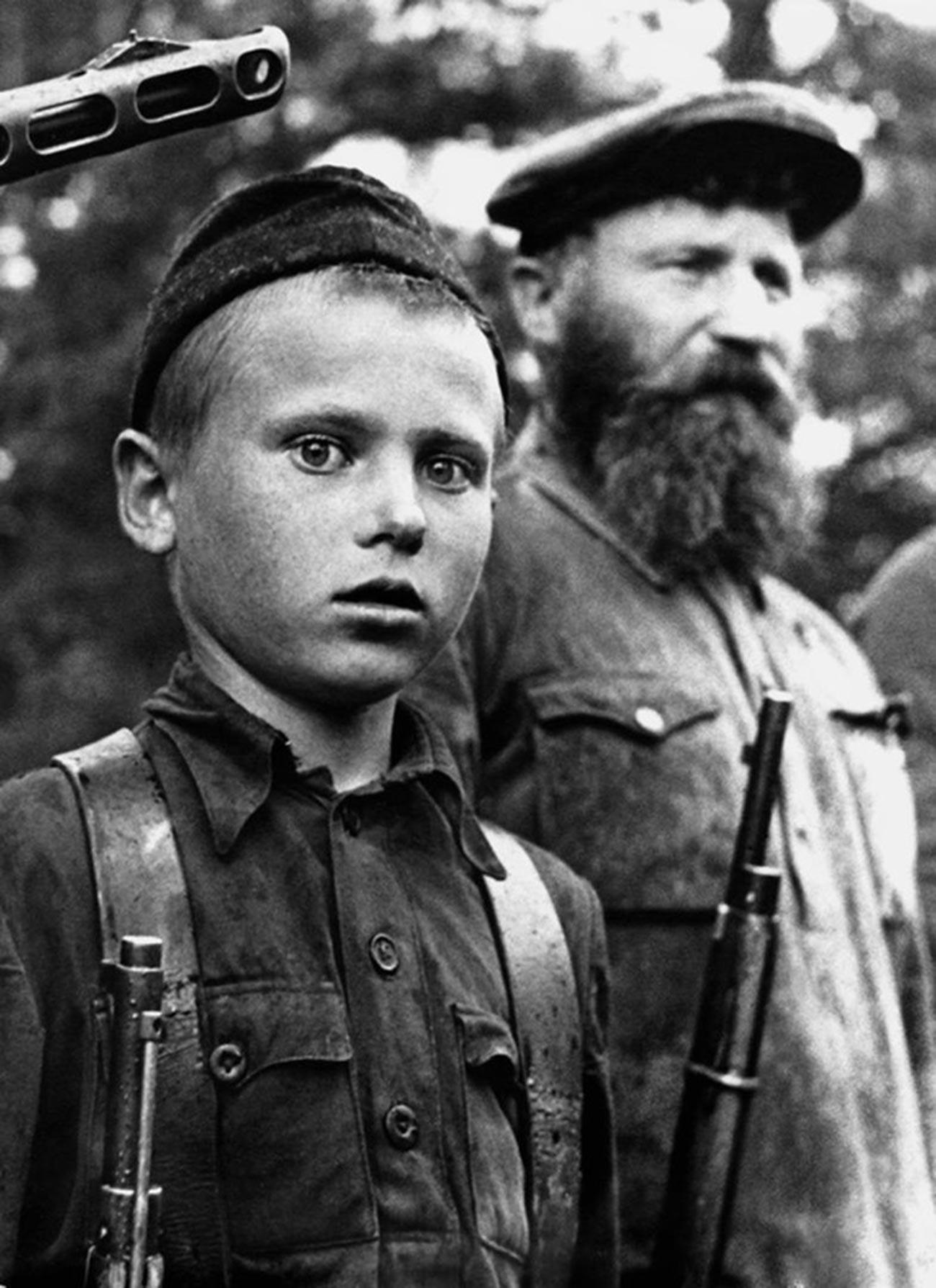 """Млади партизански извиђач Петар Гурко из одреда """"За власт Совјета"""" добија медаљу """"За храброст""""."""