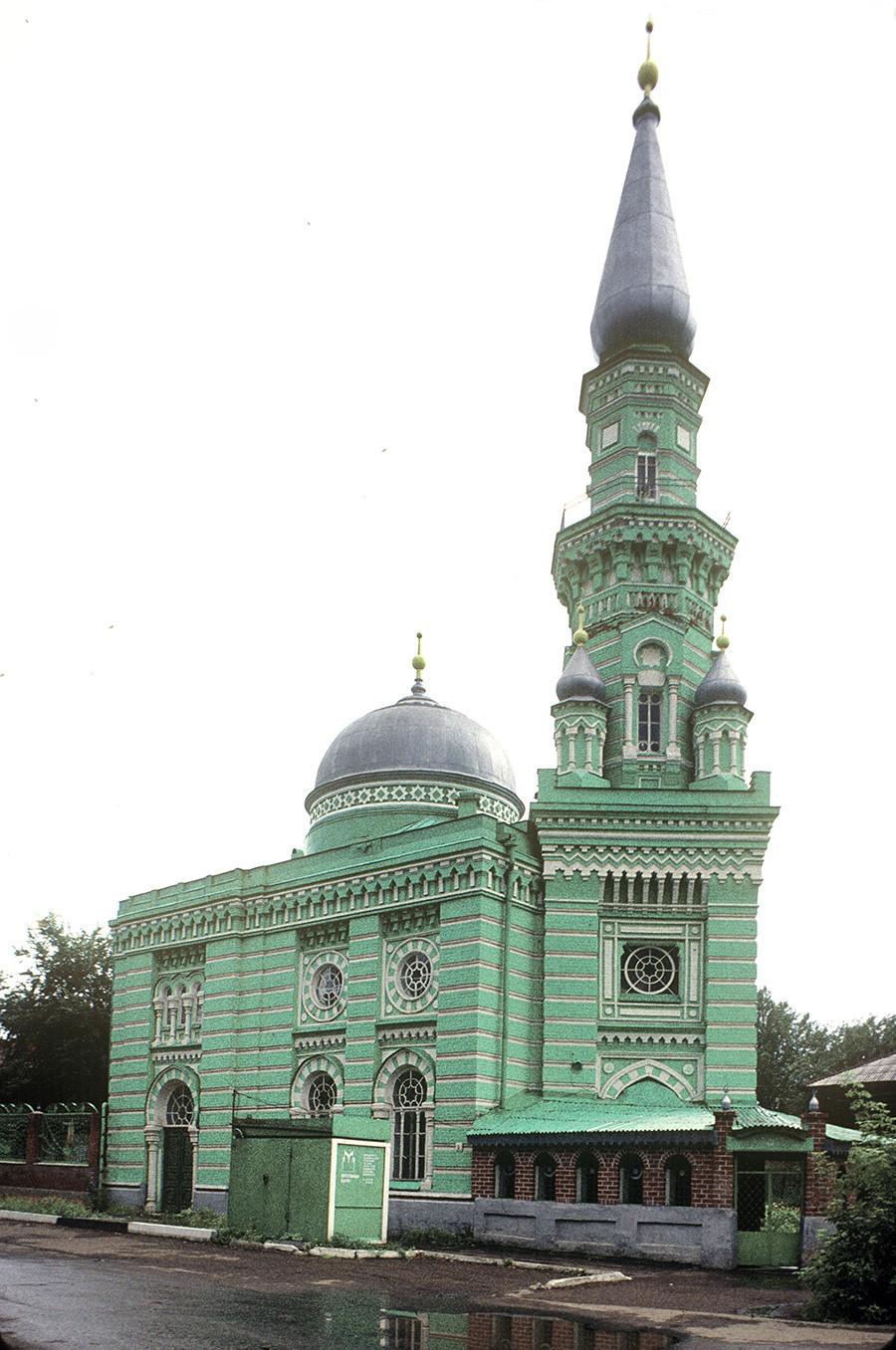 Glavna mošeja in minaret. Fotografija: William Brumfield. 22. avgust 1999 Glavna mošeja in minaret v večerni svetlobi. 23. avgust 1999