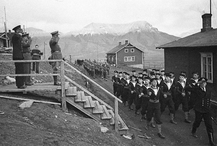 Brigadir A. E. Potts pozdravlja vojake med zadnjo parado na Spitsbergih.