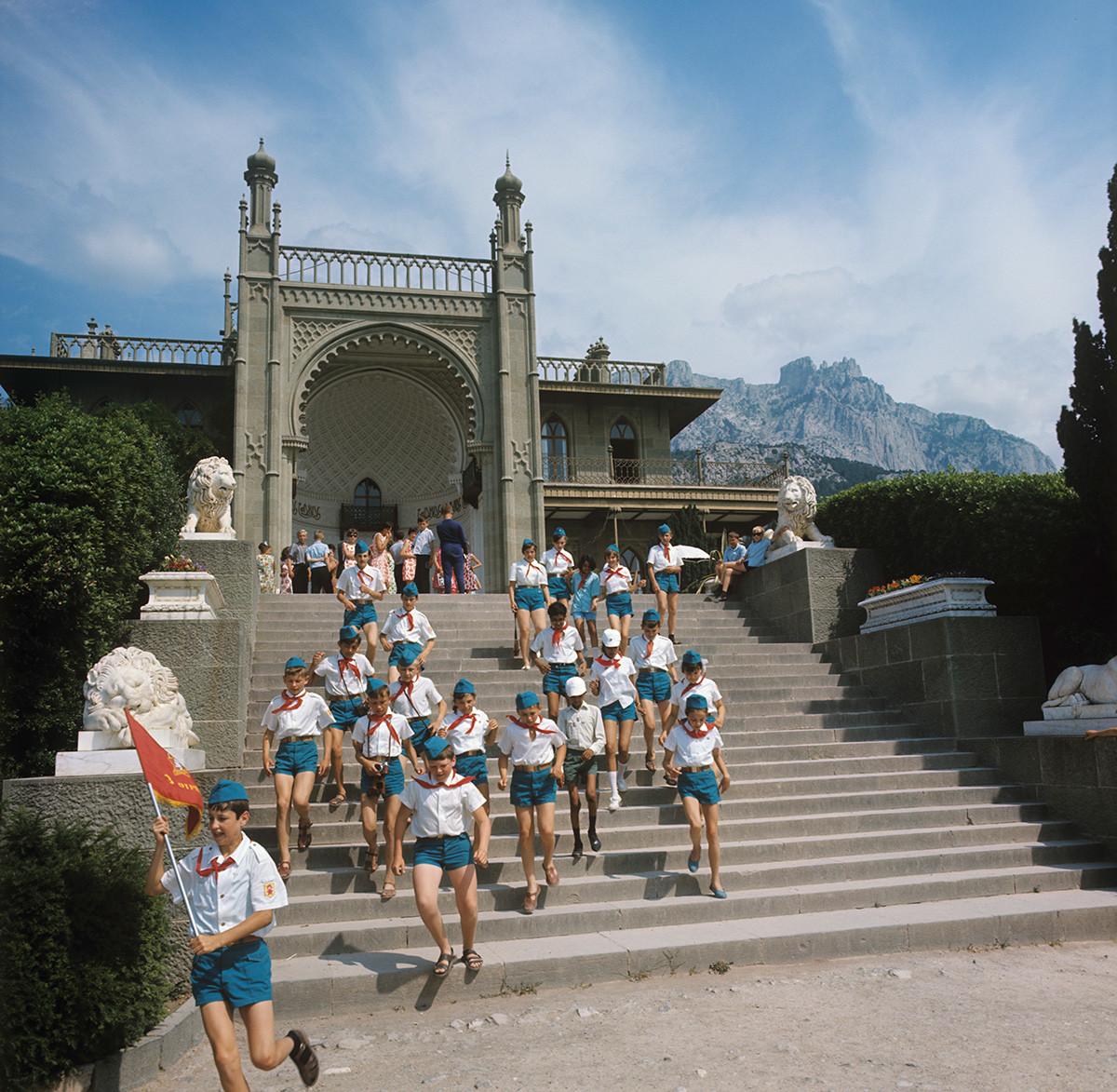Pionniers du célèbre camp Artek lors d'une excursion au palais Vorontsov, Crimée, 1970