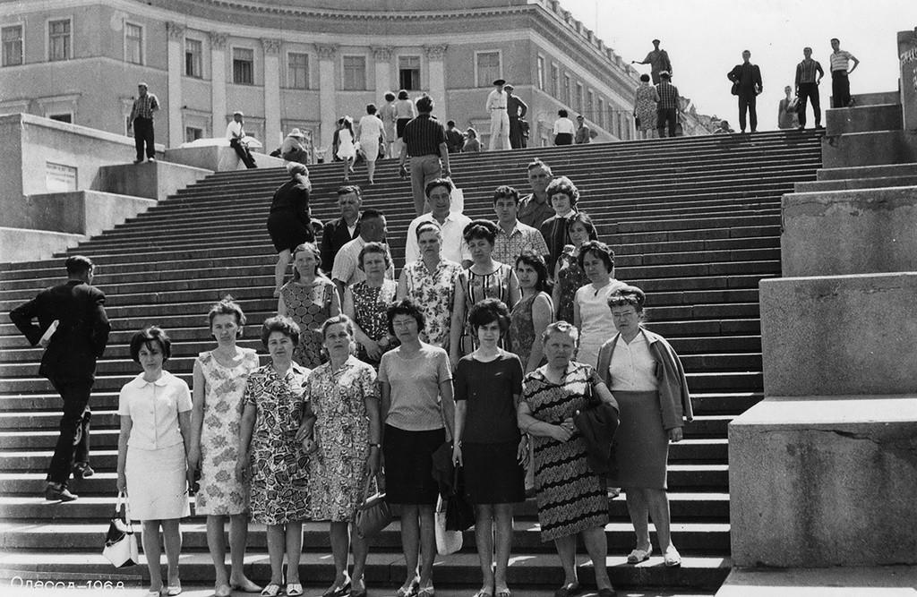 Un groupe en excursion sur l'escalier du Potemkine, à Odessa, 1968