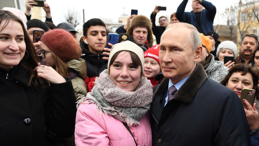 Владимир Путин на фотографијата со жители на Иваново. Русија, март 2020.
