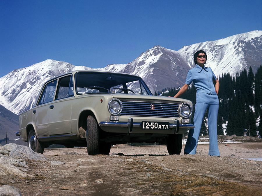 """Publicidad del VAZ-2101 Zhigulí, el primer modelo de la Fábrica de Automóviles del Volga. La gente solía llamarlo """"kopeika""""."""