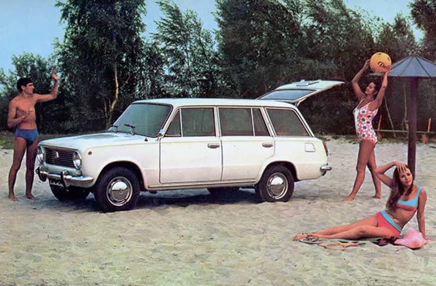 Anunciando de un Zhiguli VAZ-2102, un modelo familiar.