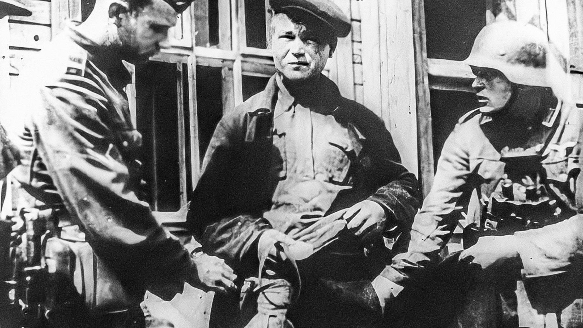 ナチス占領下ミンスクでナチス軍が職務質問を行う