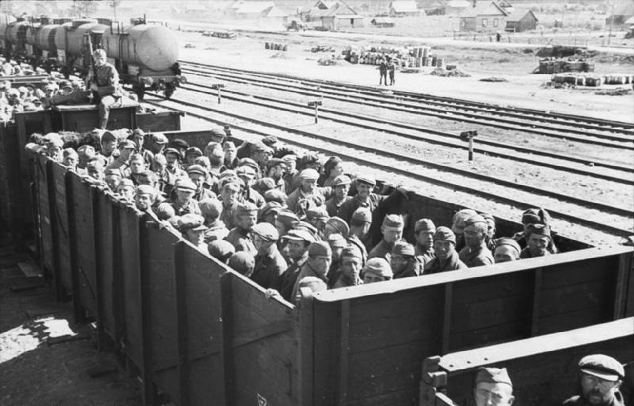 貨車で運送されているソ連軍の戦士