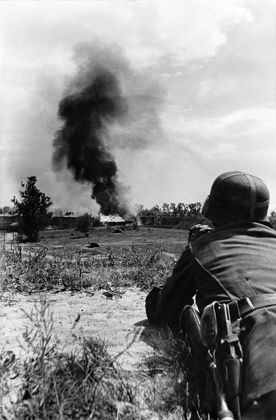 Други светски рат, Источни фронт, операција Барбароса, напад на Русију 1941. Немачки артиљерац испред Брестске тврђаве.