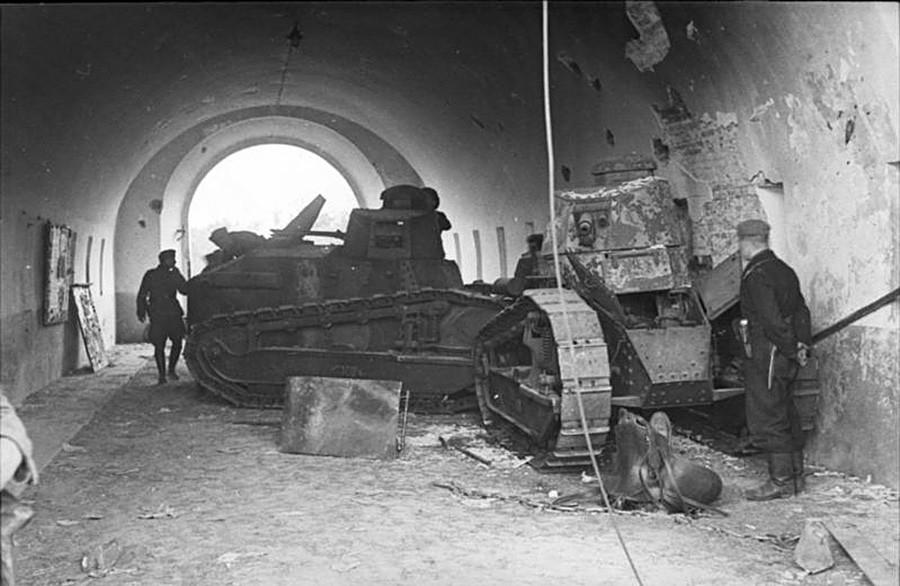 Битка за Брест (1939). Два Реноа FT блокирају северну капију тврђаве.