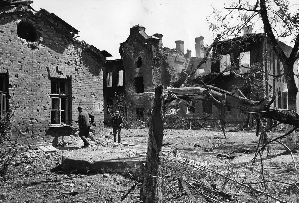 """Други светски рат, Источни фронт, операција Барбароса, напад на Русију 1941. Немачки војници """"чисте"""" терен у Брестској тврђави."""