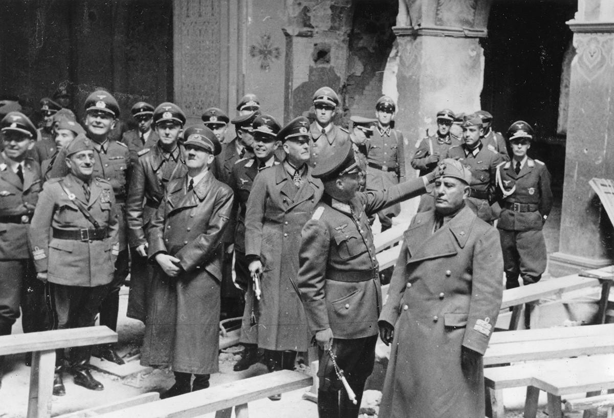 Хитлер и Мусолини разгледају тврђаву у Брест-Литовску.