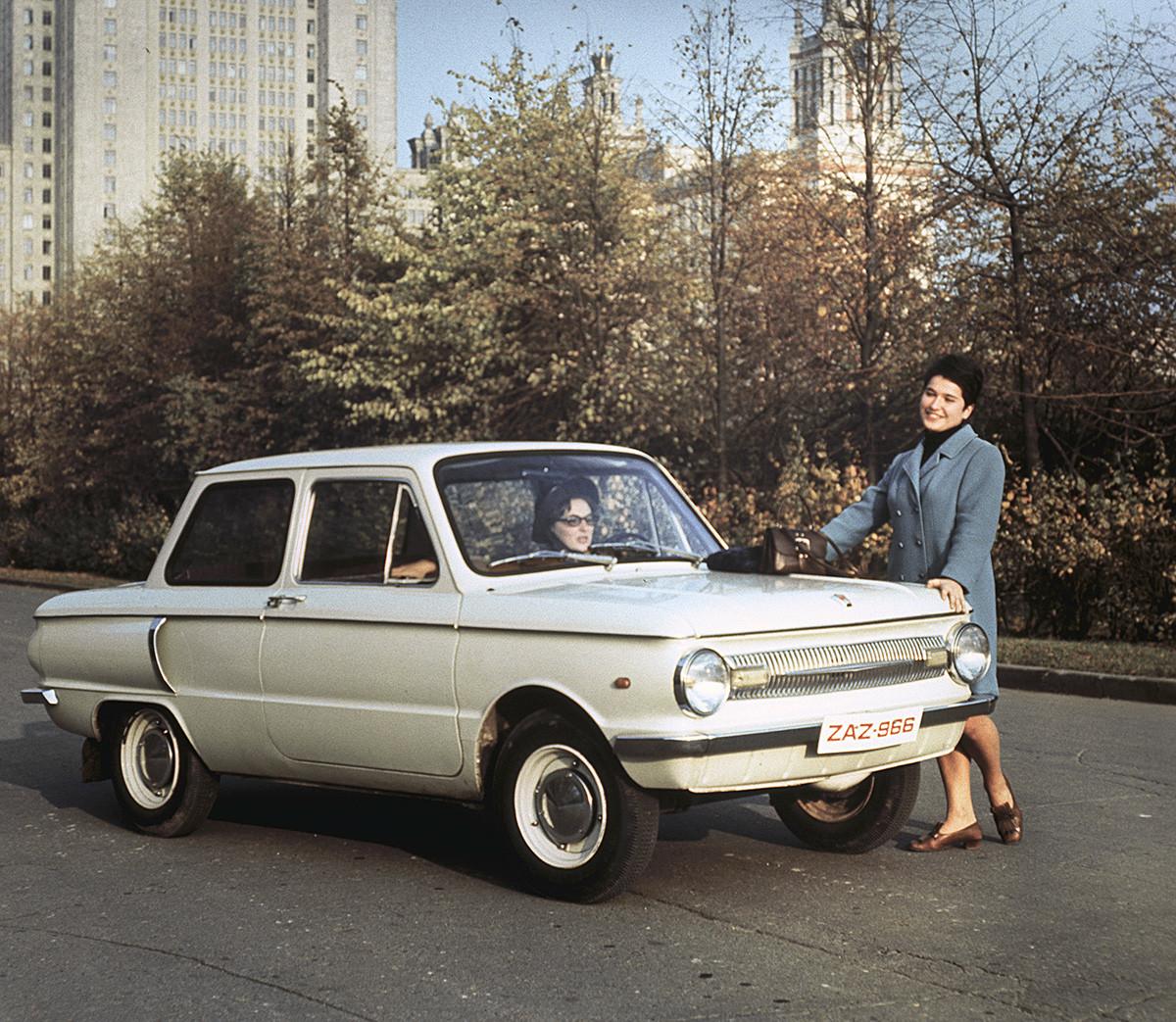 ZAZ-966 buatan Pabrik Otomotif Zaporozhye (lebih dikenal sebagai Zaporozhets) keluaran tahun 1970.