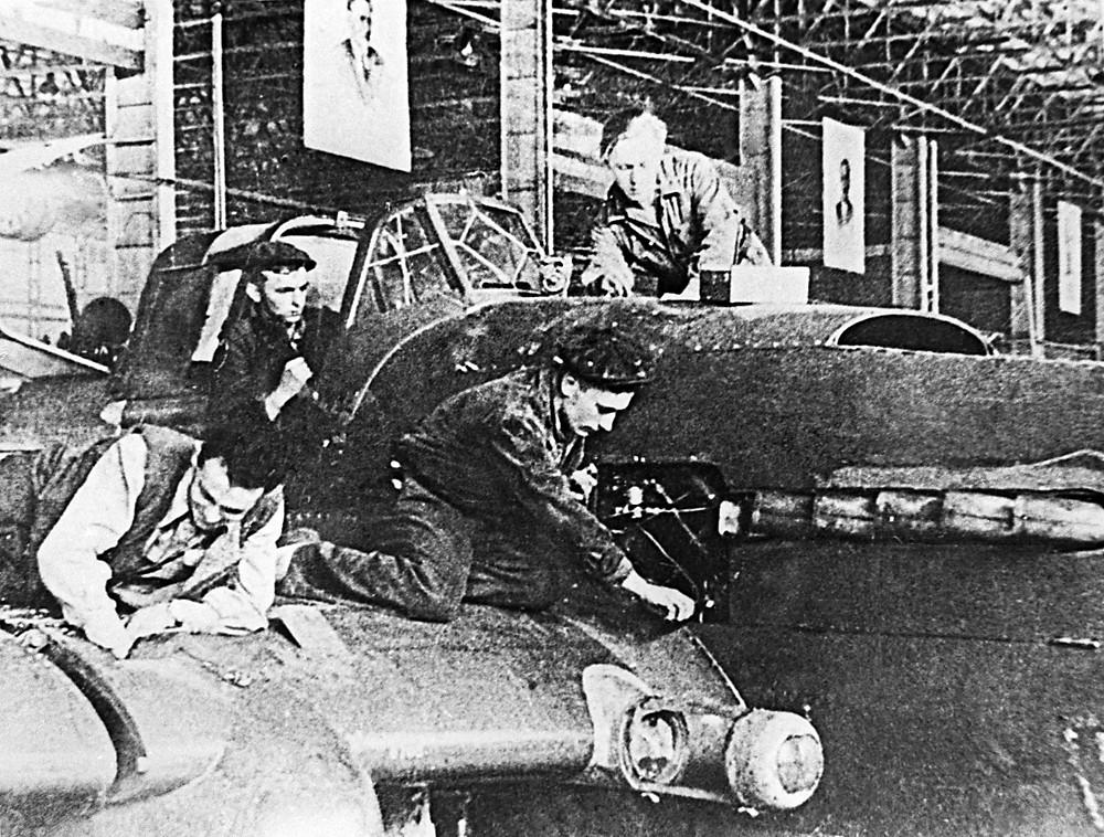 Montagem da aeronave de ataque ao solo Ilyushin Il-2 durante a 2ª Guerra.