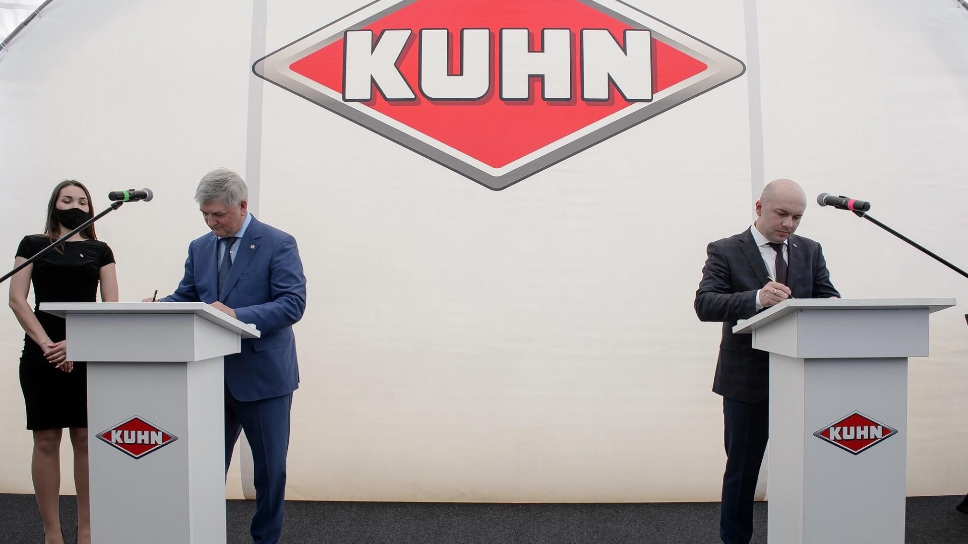 Andreï Manziouk, directeur général de Kuhn pour le marché russe (à droite), et Alexandre Goussev, gouverneur de la région de Voronej (à gauche), lors de la cérémonie