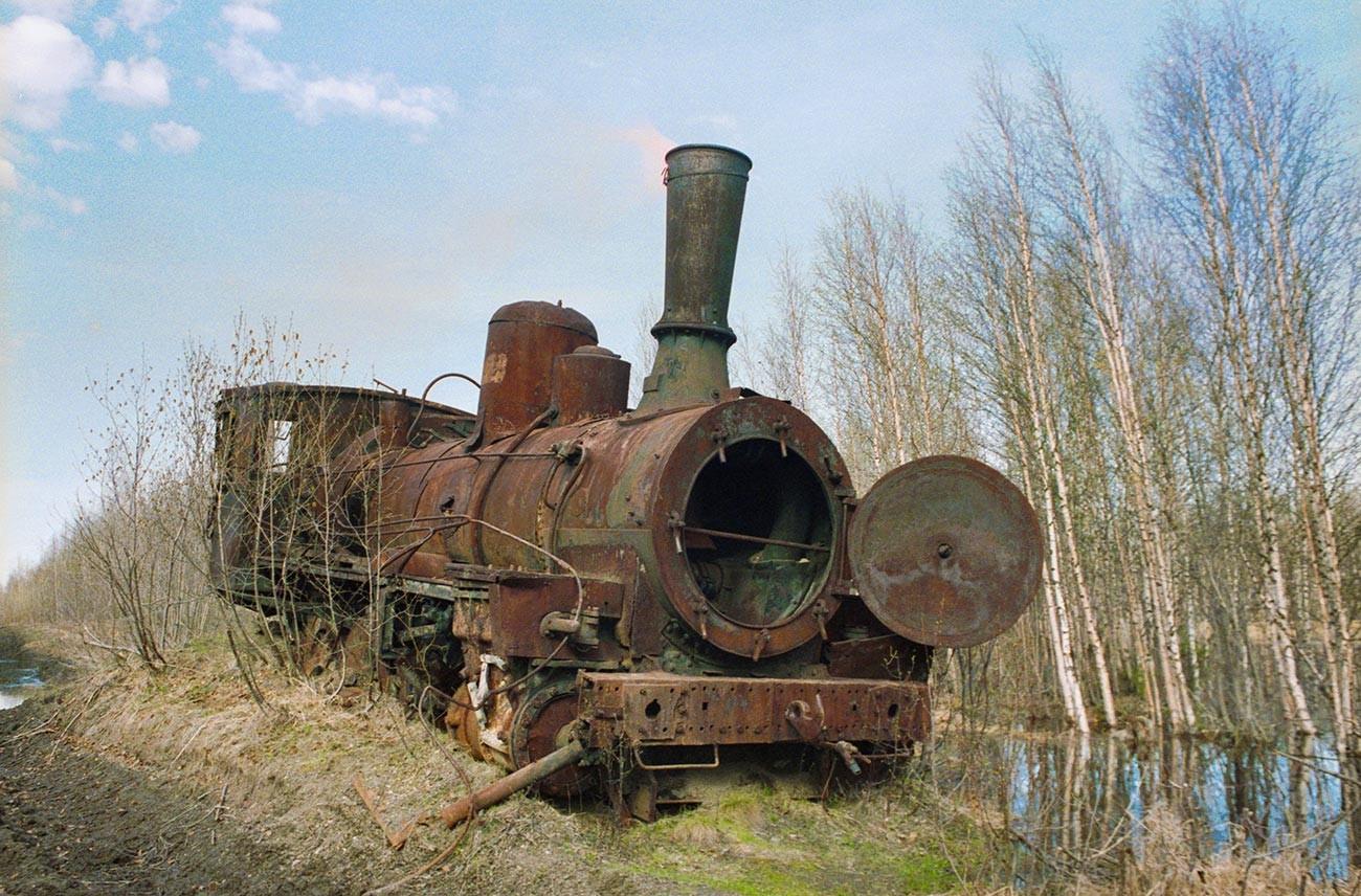 Una locomotora abandonada en la tundra