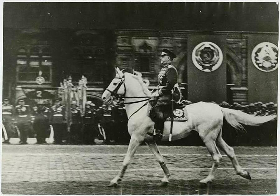 Marschall Georgi Schukow auf der Siegesparade in Moskau