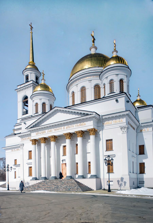 Novotihvinski samostan. Katedrala svetega Aleksandra Nevskega, pogled na južni del. 1. april 2017