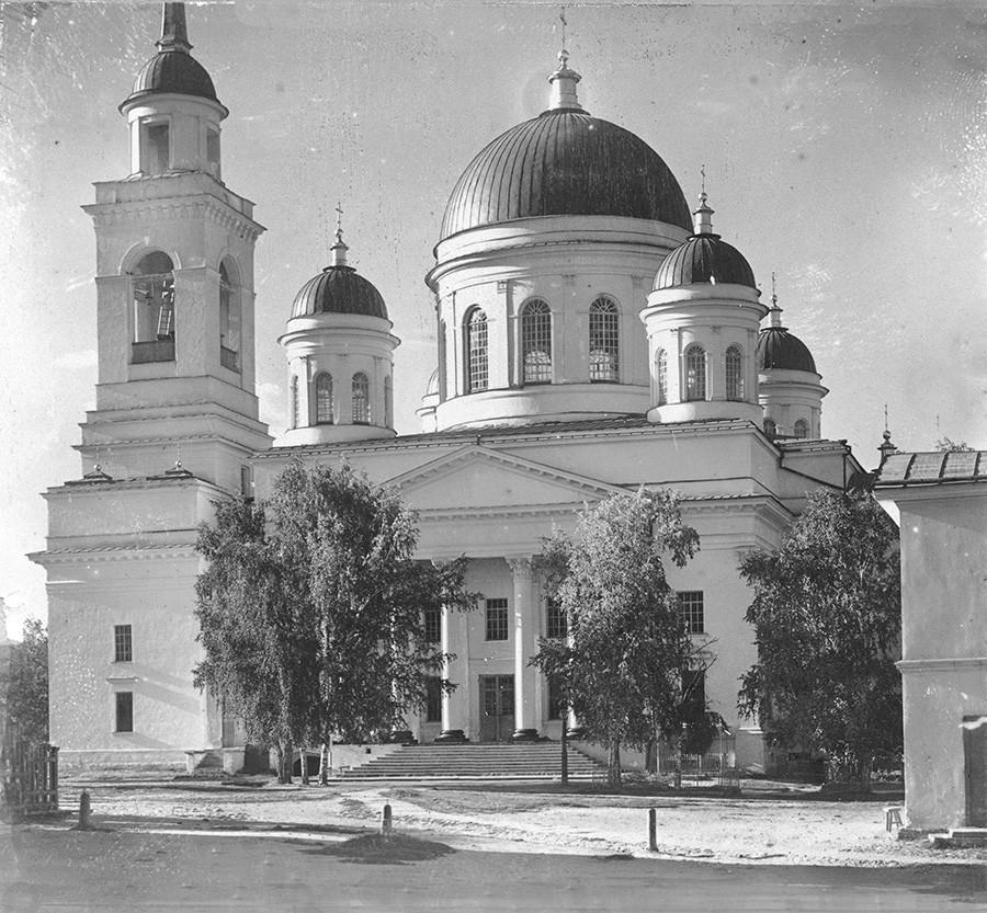 Novotihvinski samostan. Katedrala svetega Aleksandra Nevskega, pogled na južni del. Kontaktni tisk (manjka original). Poletje 1909