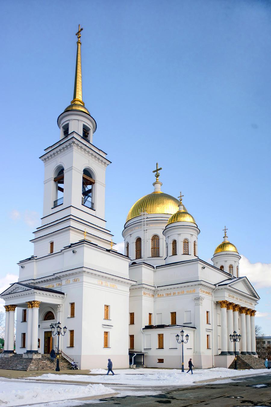 Novotihvinski samostan. Katedrala svetega Aleksandra Nevskega. Pogled na jugozahodni del. 1. april 2017