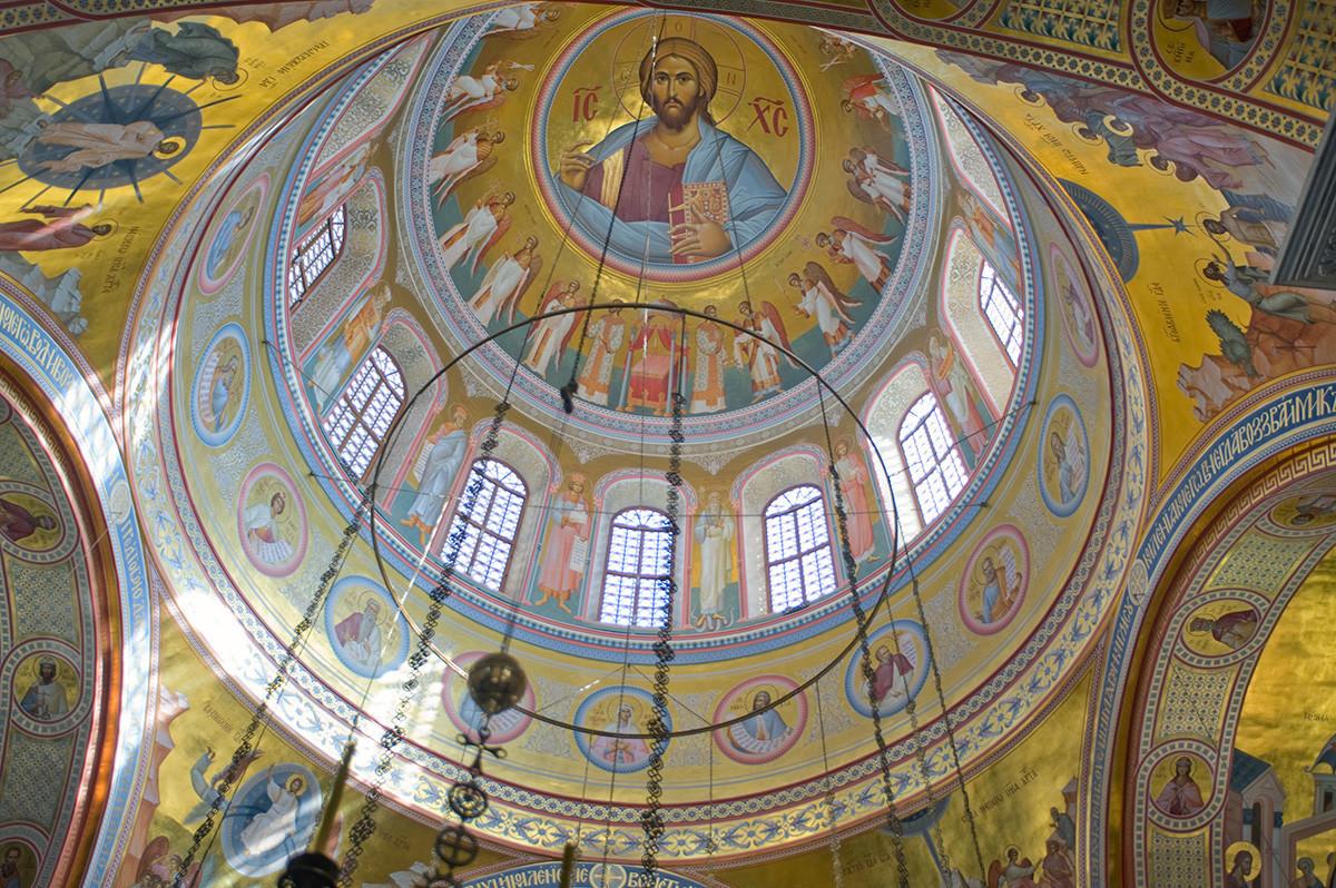 Novotihvinski samostan. Katedrala svetega Aleksandra Nevskega. Notranjost, kupola. 1. april 2017