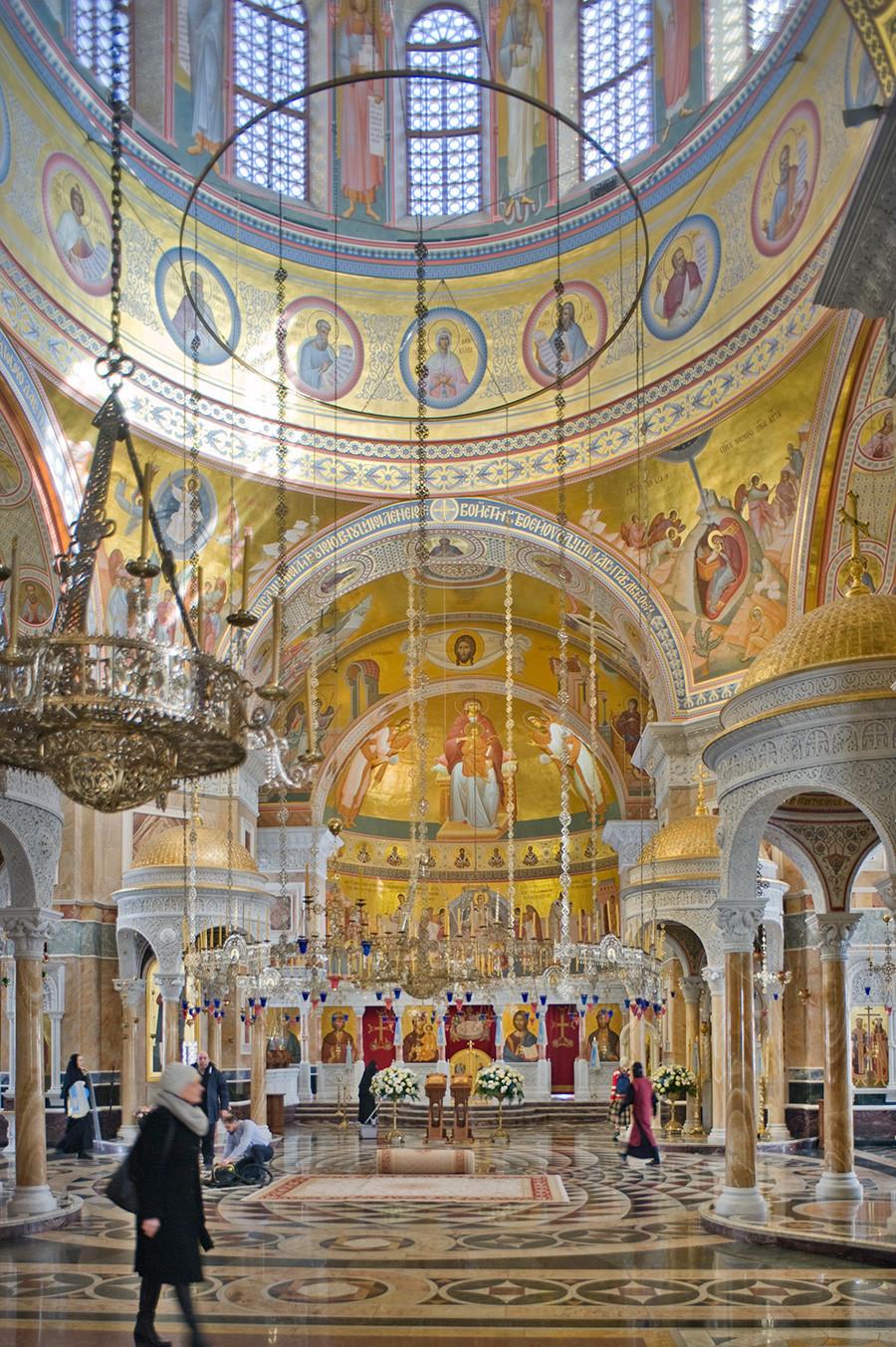 Novotihvinski samostan. Katedrala svetega Aleksandra Nevskega. Notranjost, pogled na vzhodni del proti ikonam. 1. april 2017