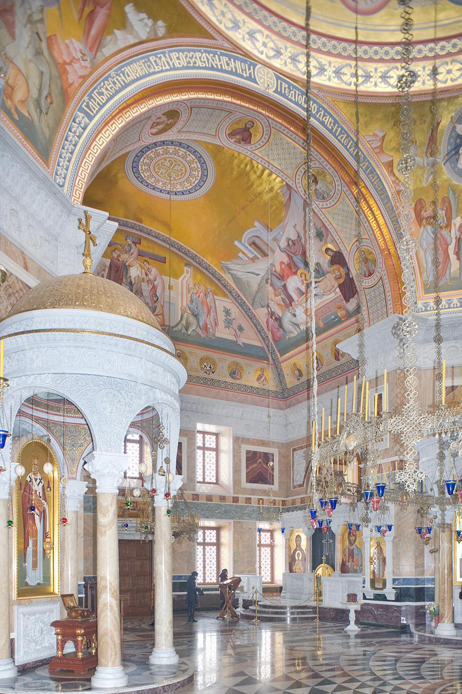 Novotihvinski samostan. Katedrala svetega Aleksandra Nevskega. Notranjost, pogled na severovzhod. 1. april 2017