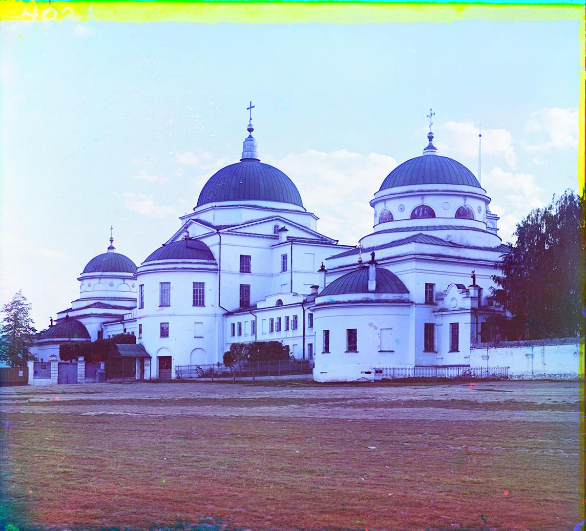 Novotihvinski samostan, vzhodna stena, pogled iz severovzhoda. Z leve: cerkev svetega Feodosija iz Totme, vrata cerkve Marijinega prikazovanja, cerkev ikone Device