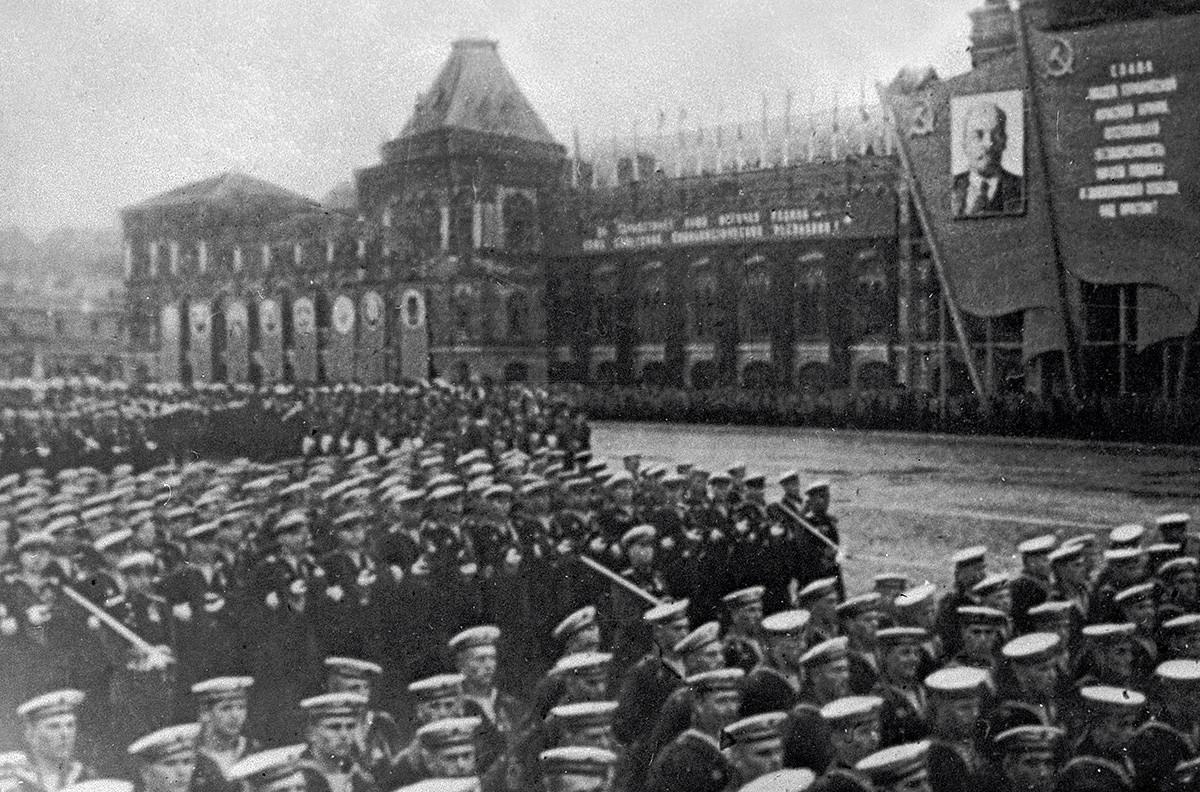 Свечениот марш на мешовитите фронтовски полкови на Црвениот плоштад на 24 јуни 1945.