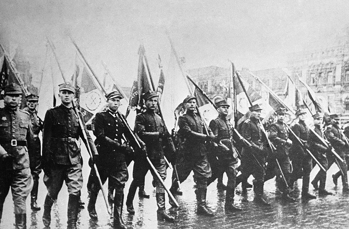 Полски војници со знамиња маршираат на Парадата на Победата на Црвениот плоштад во Москва.