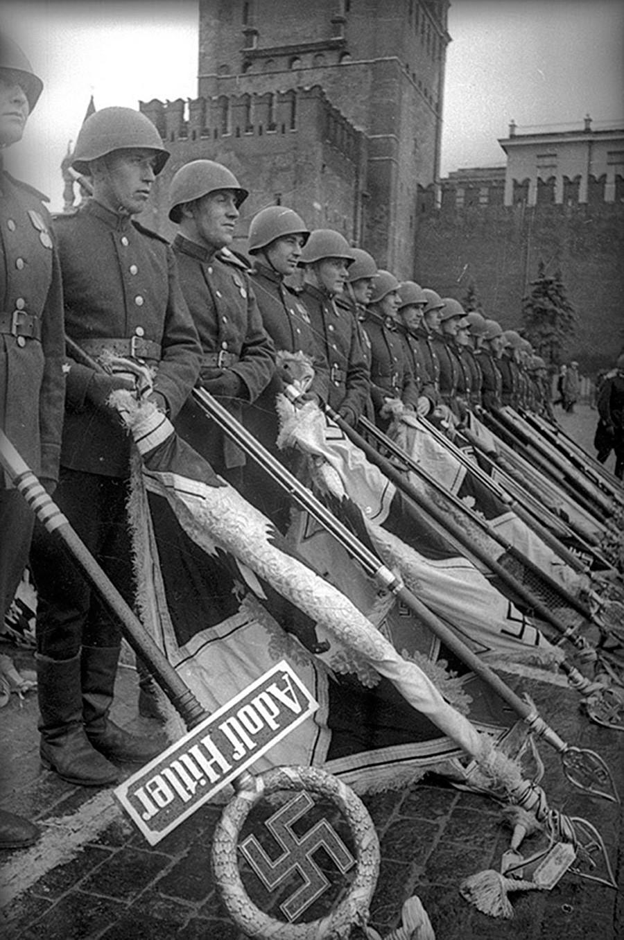 Наведнати непријателски знамиња. Парадата на Победата на Црвениот плоштад во Москва.