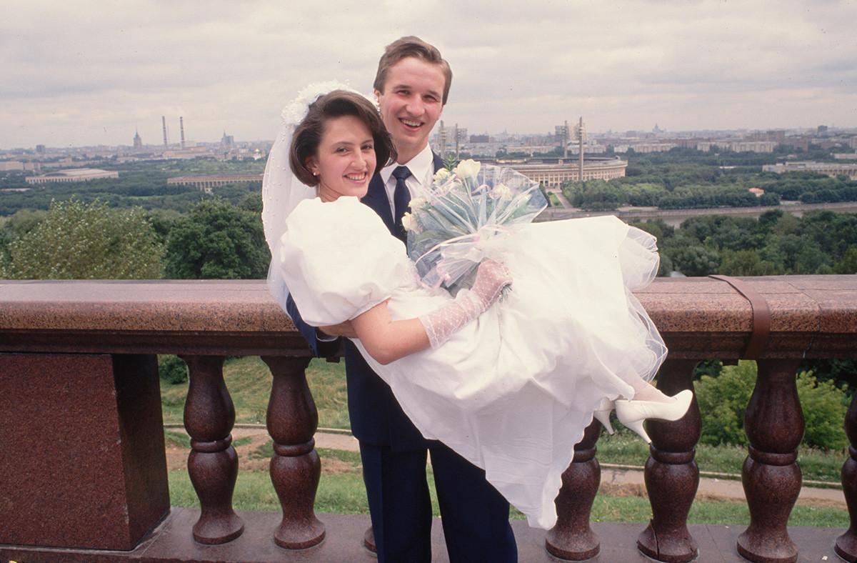 Braut und Bräutigam auf der Aussichtsplattform der Sperlingsberge, Moskau