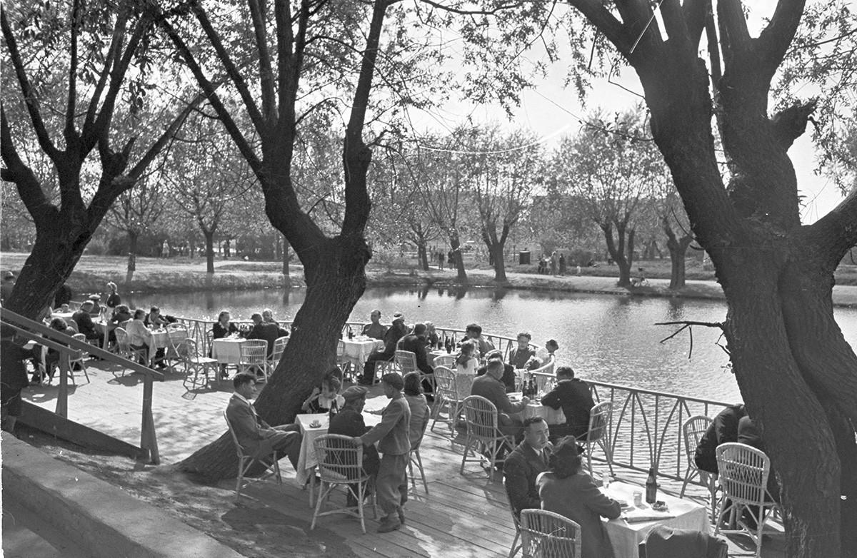 Ein Sommer-Cafe im Gorki-Park, späten 1930er Jahre