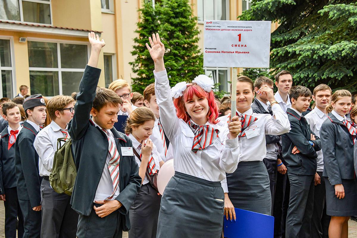 Estudantes na estrada de ferro infantil das proximidades de Moscou.
