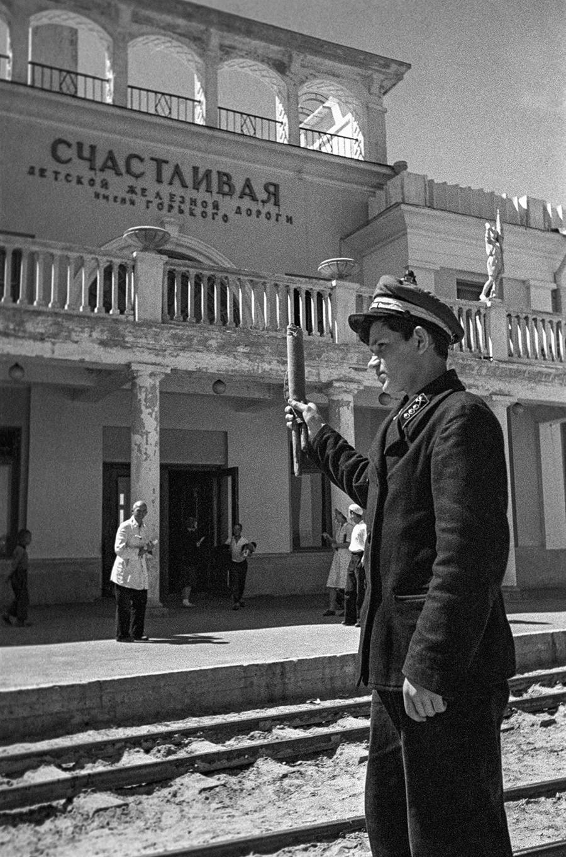 """Menino na estação Schastlivaia (em português, """"feliz""""), em Níjni Nôvgorod, em 1940."""
