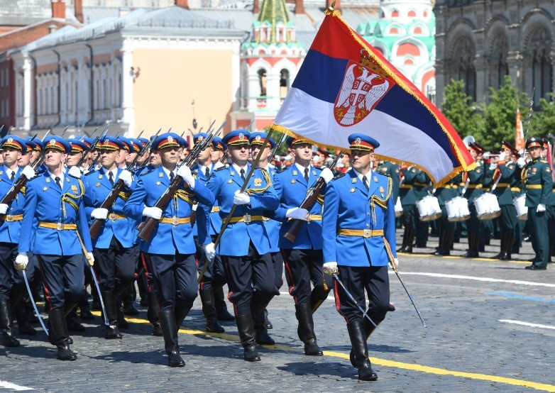 Tentara Serbia mengikuti Parade Kemenangan di Lapangan Merah.