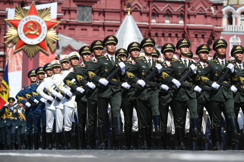 Tentara Tiongkok mengikuti Parade Kemenangan di Lapangan Merah.