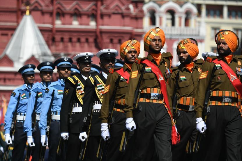 Tentara India mengikuti Parade Kemenangan di Lapangan Merah.