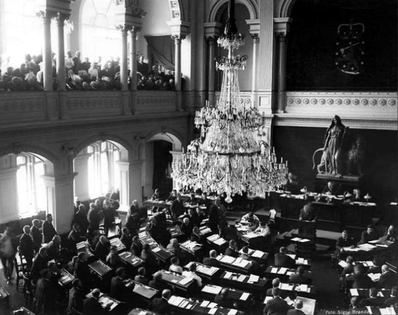 Parlamento de Finlandia, primera sesión en 1907.