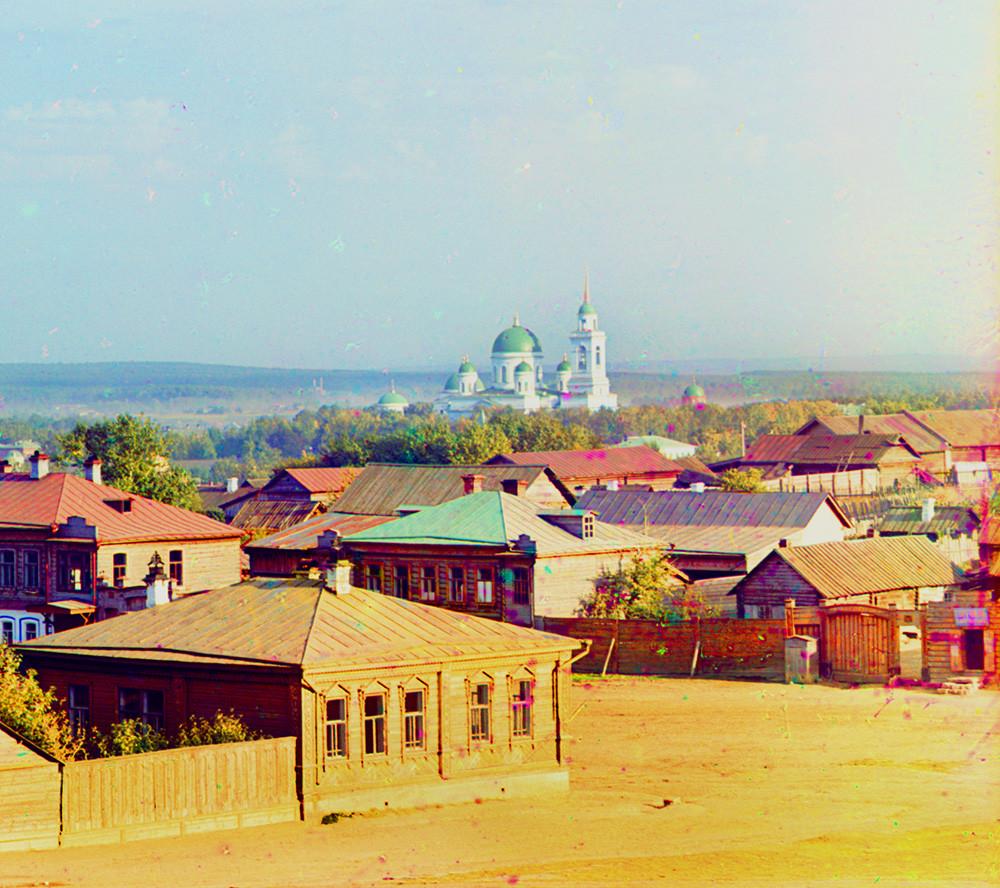 Ekaterinbourg. Vue du quartier sud de la ville. En arrière-plan: Église Saint-Alexandre-Nevski du couvent de Notre Dame de Tikhvine.