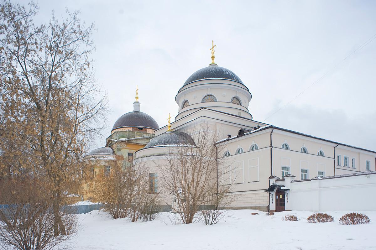 Nouveau couvent Tikhvine. Église dédiée à l'icône de la Vierge «réconfortant les endeuillés», façade nord-est. À gaucheéglise de la Présentation.