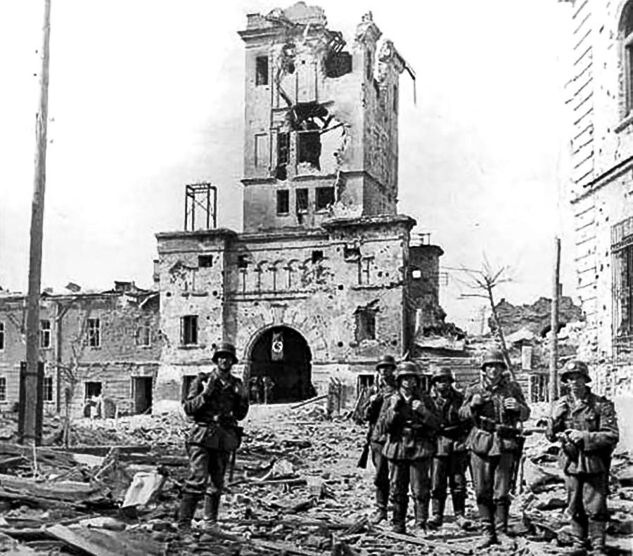 Des soldats allemands devant la porte Terespol de la forteresse de Brest, 1941