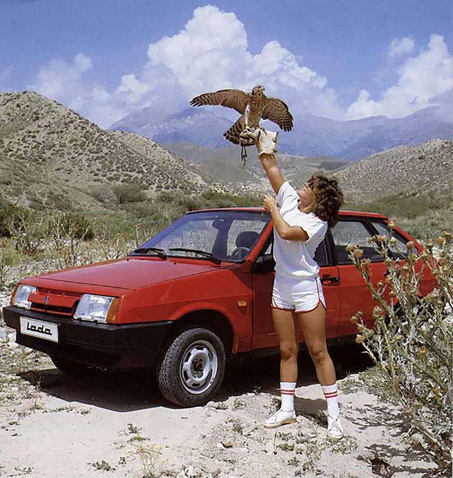 Реклама автомобиля ВАЗ-2109 «Спутник» с кузовом хэтчбэк (в народе «девятка»). Впервые появился в продаже в 1987