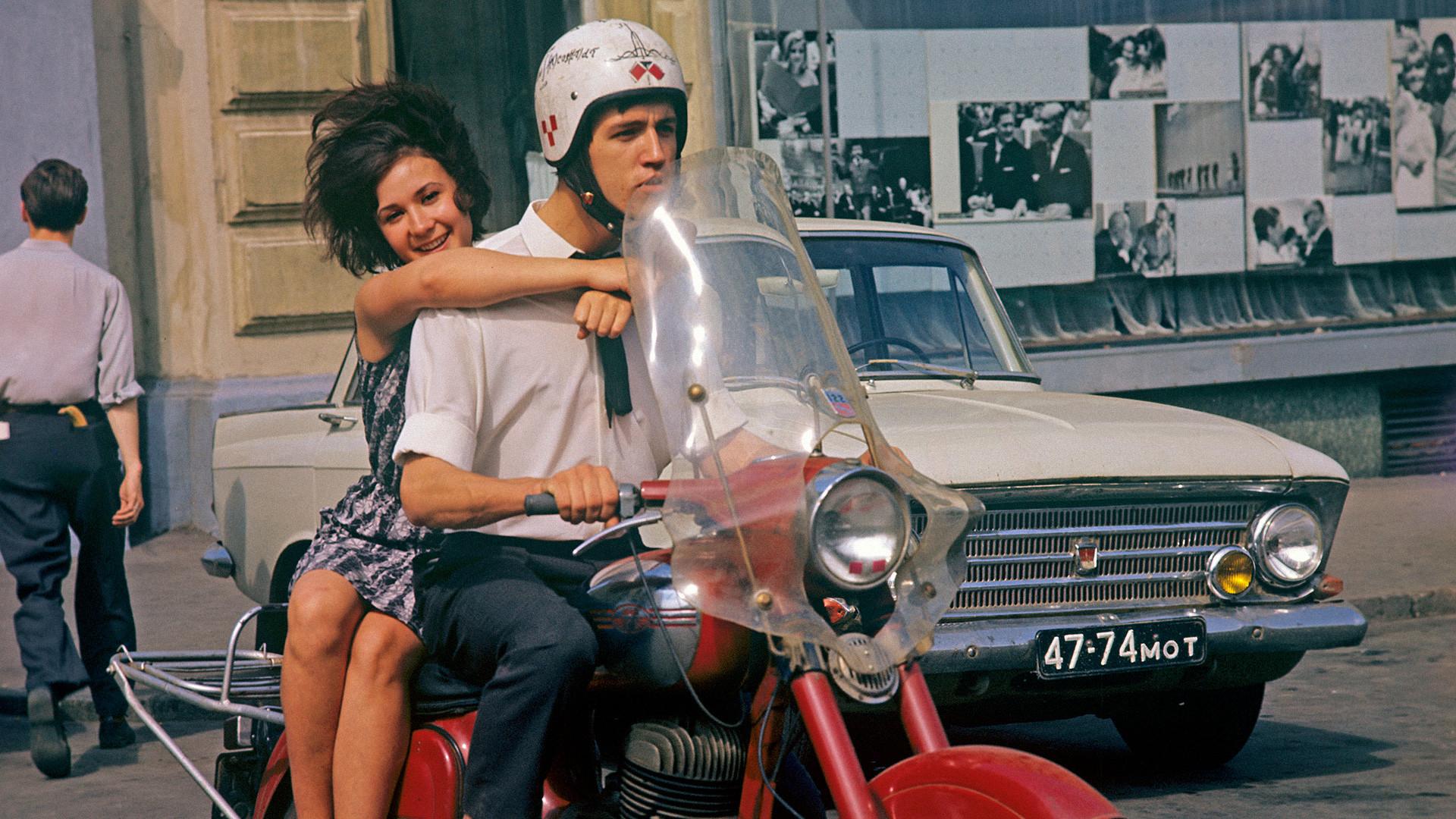Млади хора на московска улица, 1967 г.