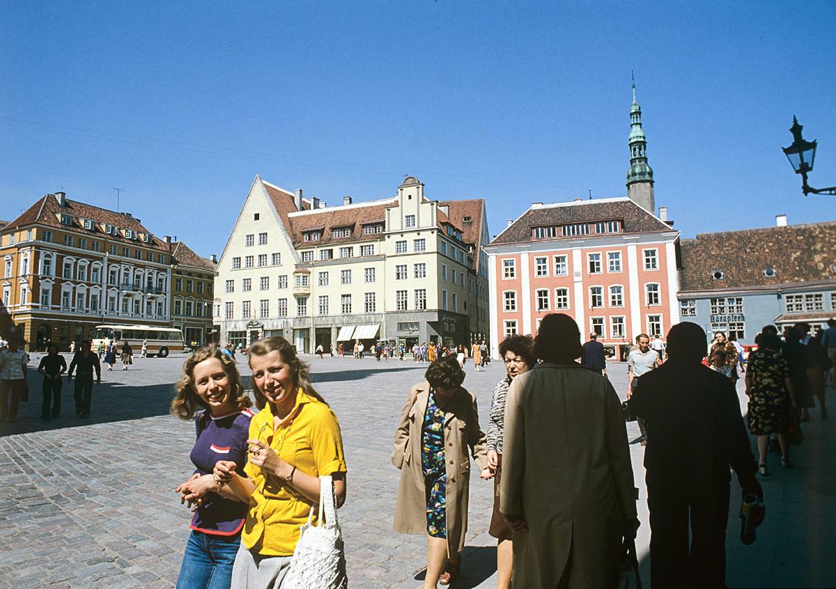 Централниот плоштад со градска куќа во Талин.