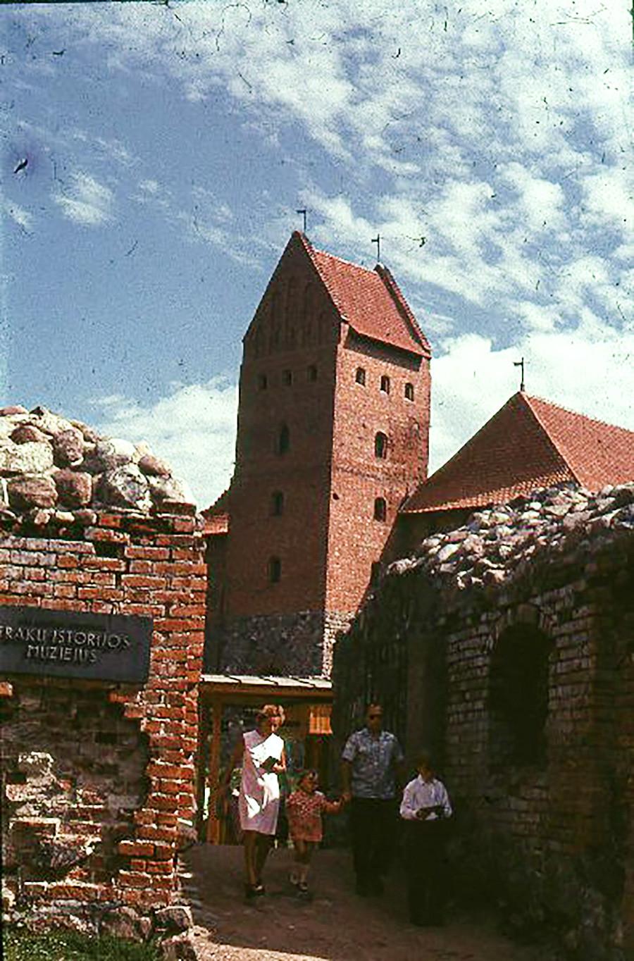 Тракајски замок. Снимено: 1965-1969. Замокот го подигнал Кејстут во седумдесеттите години од четиринаесеттиот век на брегот на езерото Галва (или Тракајско езеро). Бил урнат во периодот 1382-1383 и повторно изграден кон крајот на владеењето на Витолд. Изградбата е завршена во 1409 година.