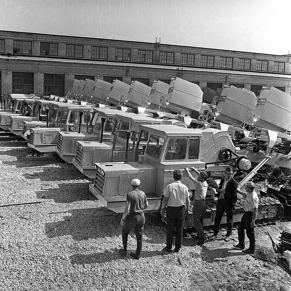Фабриката за производство на багери во Талин. Багери за копање ровови и за поставување дренажи на полигонот за готови производи.